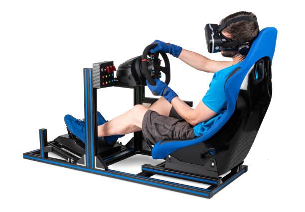 Gamer in blauem Tshirt mit VR Virtual Reality Brille Training auf Simracing Aluminium Simulator-Rig für Videospiel-Rennen. Motorsport Auto Schaufel Sitz Lenkrad Pedale isoliert weißen Hintergrund – Foto