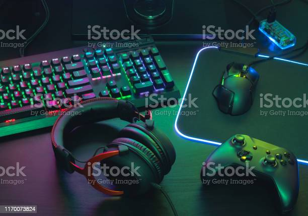 Gamer work space concept top view a gaming gear mouse keyboard in picture id1170073824?b=1&k=6&m=1170073824&s=612x612&h=psglrxtyhqbng0z3rbwns1wg8u7zscd3oihvkypvvxy=