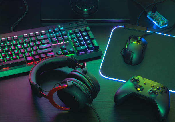 gamer work space concept, top view a gaming gear, mouse, keyboard, joystick, headset, mobile joystick, in ear headphone and mouse pad on black table background. - acessório imagens e fotografias de stock
