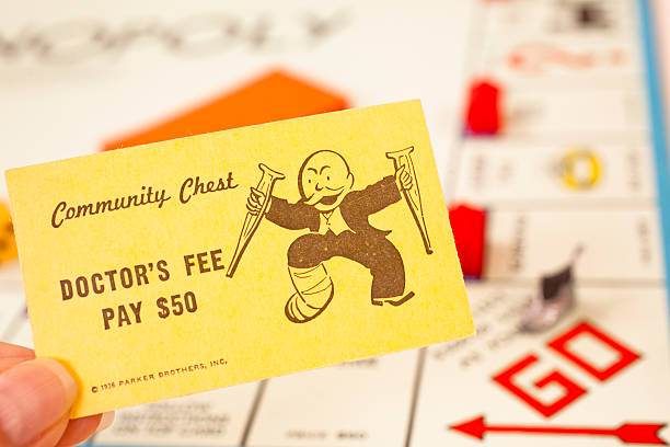 spiele: monopoly. 'doctor's community chest karte des no special fee. - doktorspiele stock-fotos und bilder