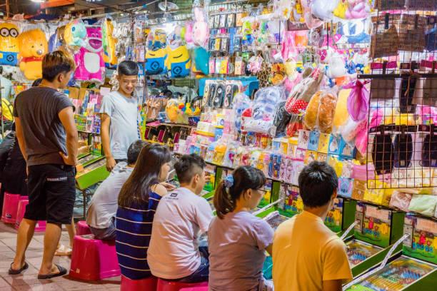 spiele stehen in einem nachtmarkt - pinball spielen stock-fotos und bilder