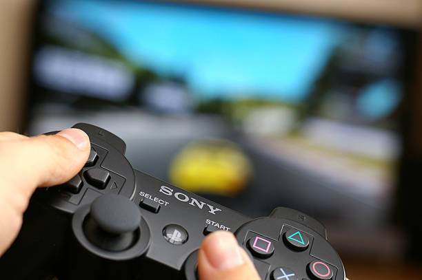 gaming on playstation 3 - playstation stockfoto's en -beelden