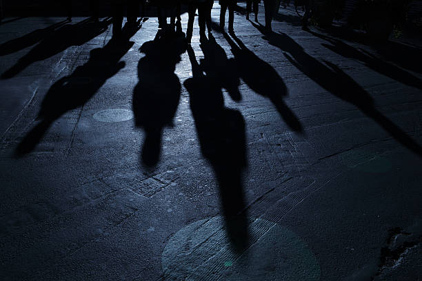Team von Menschen voranschreiten auf Betrachter blaue Nacht-Schatten – Foto