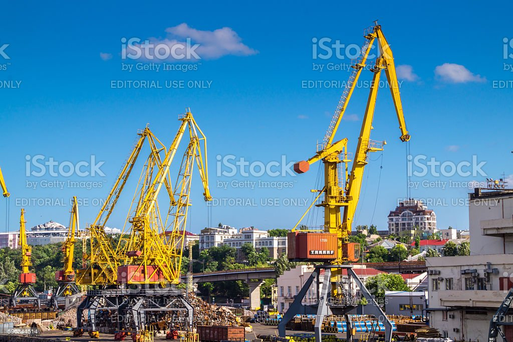 Gantry port cranes on the skyline Lizenzfreies stock-foto