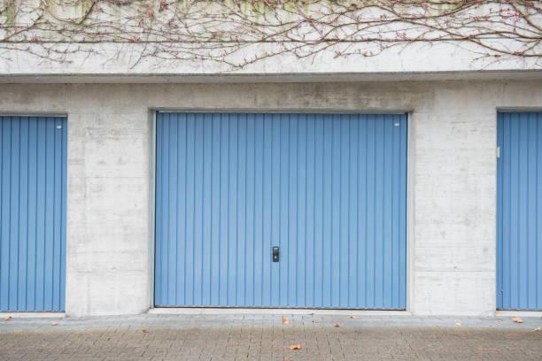 garagentor blau - garagentor mit tür stock-fotos und bilder