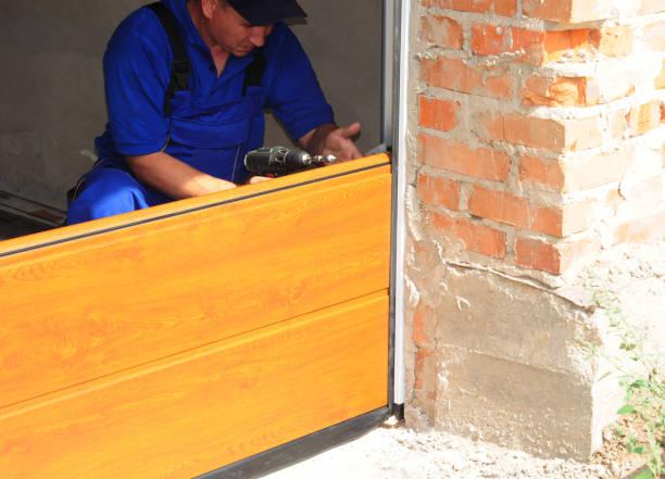Deelvenster vervanging van de deur van de garage. De installatie van de deur van de garage. foto