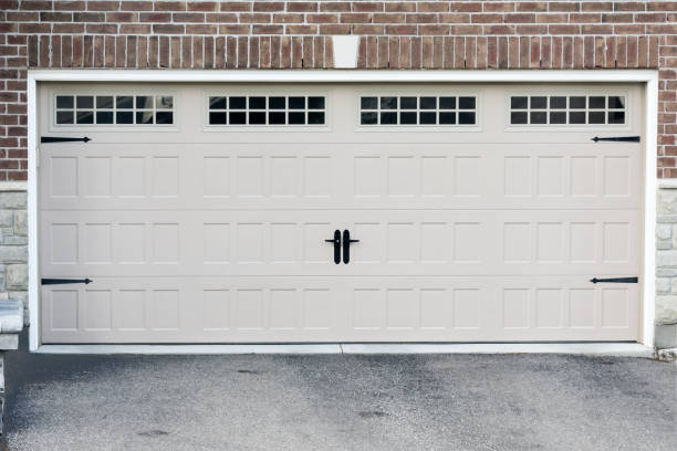 garage doors for two cars - porta foto e immagini stock