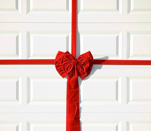 garage urlaub schleife - türbänder stock-fotos und bilder