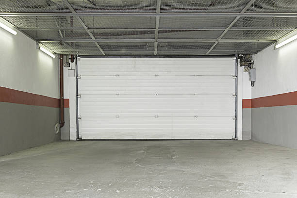 garage zu hause - garagentor mit tür stock-fotos und bilder