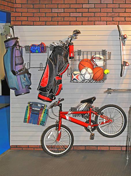 garage wand aufbewahrungsmöglichkeit - fahrradhalter stock-fotos und bilder