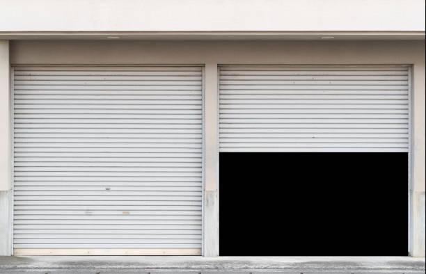 garage mit zwei eingängen und offenen verschluss - garagentor mit tür stock-fotos und bilder