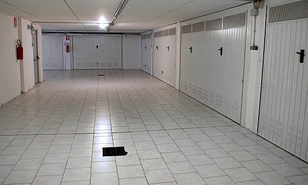 garagen und unterirdische parkplätze im gebäude - klavier verkaufen stock-fotos und bilder