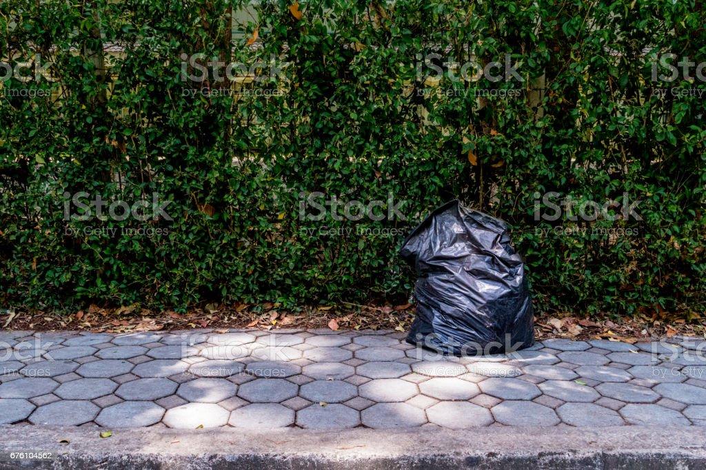 Müllsack auf Gehweg – Foto