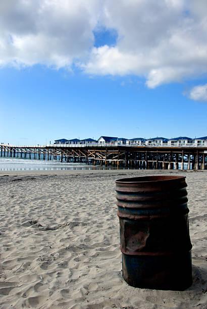 mülltonne am ocean beach - mülltonnenhäuschen stock-fotos und bilder