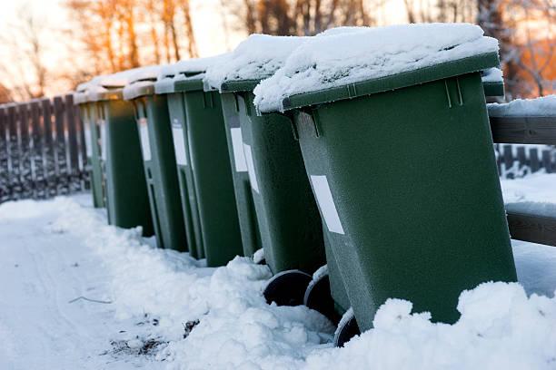Müll aus der Dose in einer Reihe – Foto