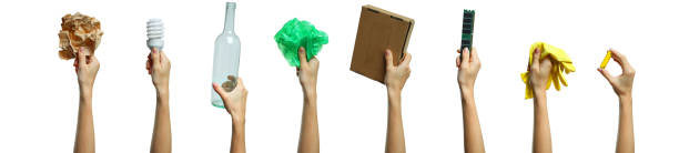 ordures pour le traitement à la main - recyclage main photos et images de collection