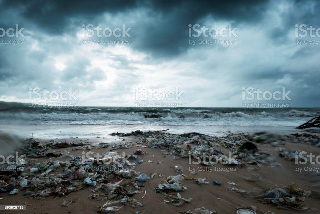Basura en la playa, de contaminación ambiental en Bali, Indonesia. Viene la tormenta. Y gotas de agua en el lente de la cámara - foto de stock