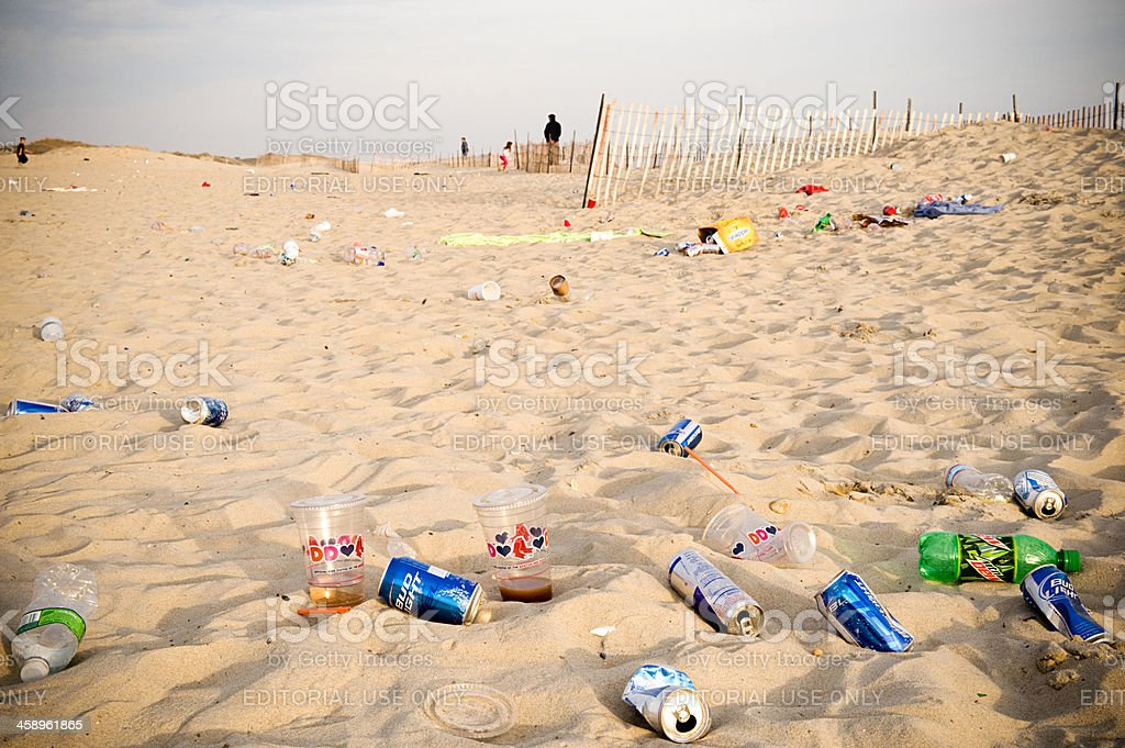 Basura en la playa - foto de stock