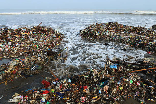 garbage piled up on the beach. - ocean plastic foto e immagini stock