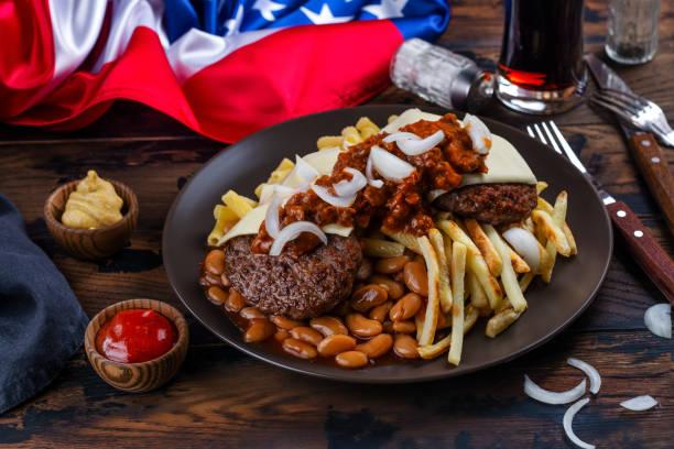 müllplatte tellerschale - hamburger makkaroni stock-fotos und bilder