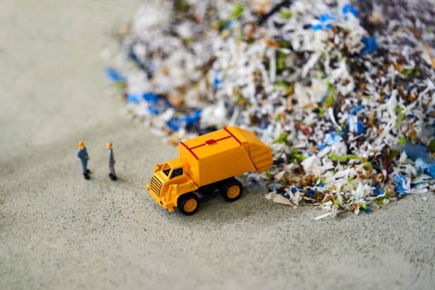 垃圾車玩具模型和工人傾倒垃圾,特寫圖像檔