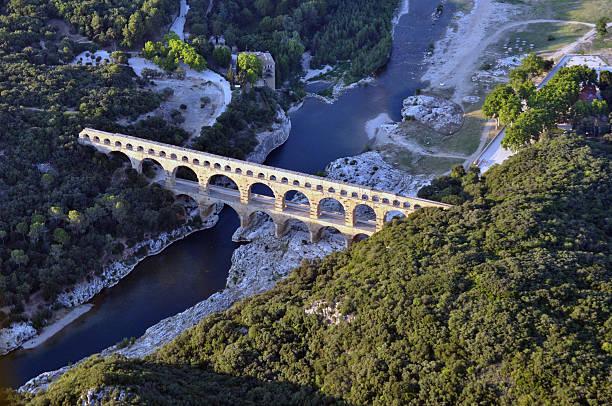 gard bridge - pont du gard stockfoto's en -beelden