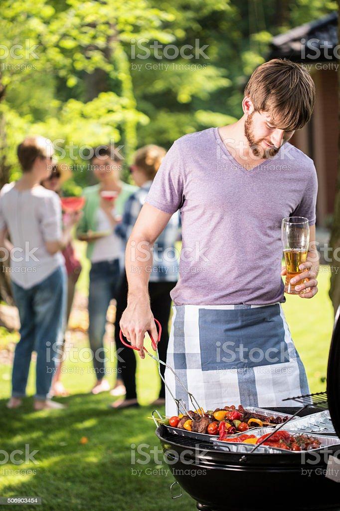 Barbacoa en el jardín con amigos - foto de stock