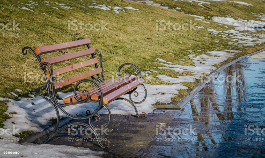 Garden bench and puddles. Spring Park - foto de stock