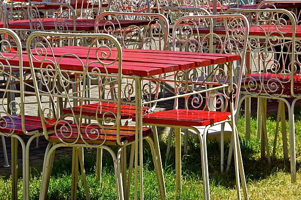 garden café - roten küchentische stock-fotos und bilder