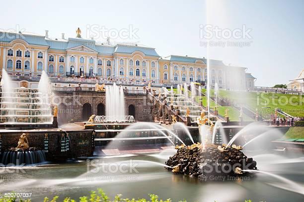 Garden Cascade Of Peterhof Palace Saint Petersburg Russia Stockfoto en meer beelden van Architectuur