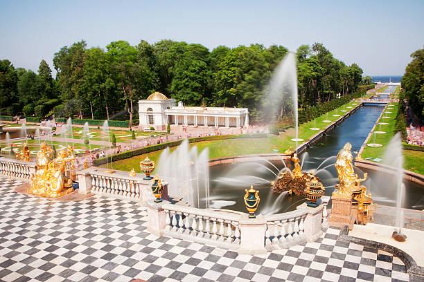 garden cascade of peterhof palace, saint petersburg, russia - peterhof stockfoto's en -beelden