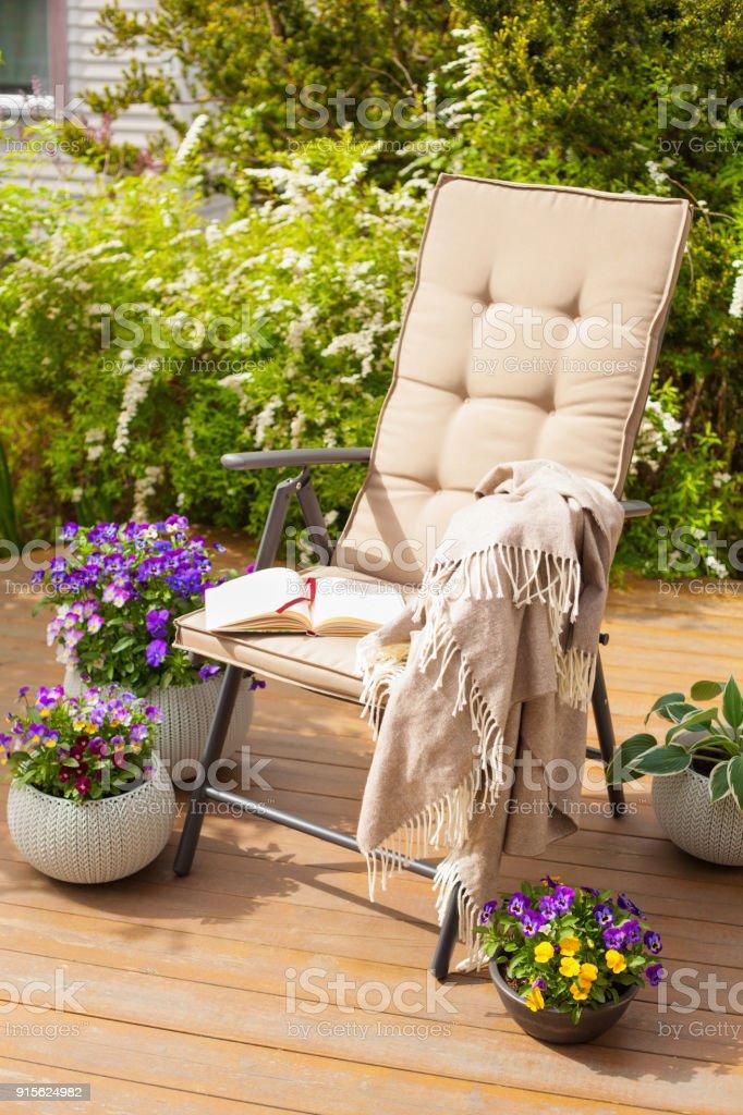 Photo De Sur Terrasse En Plein Chaise Libre Droit Jardin rdCeWQBExo