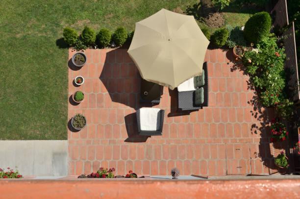 gartenmöbel von oben - sonnenschirm terrasse stock-fotos und bilder