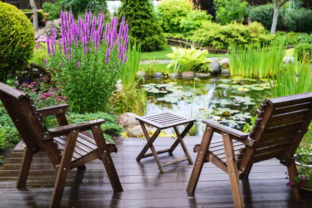 meble ogrodowe w pobliżu stawu - staw woda stojąca zdjęcia i obrazy z banku zdjęć
