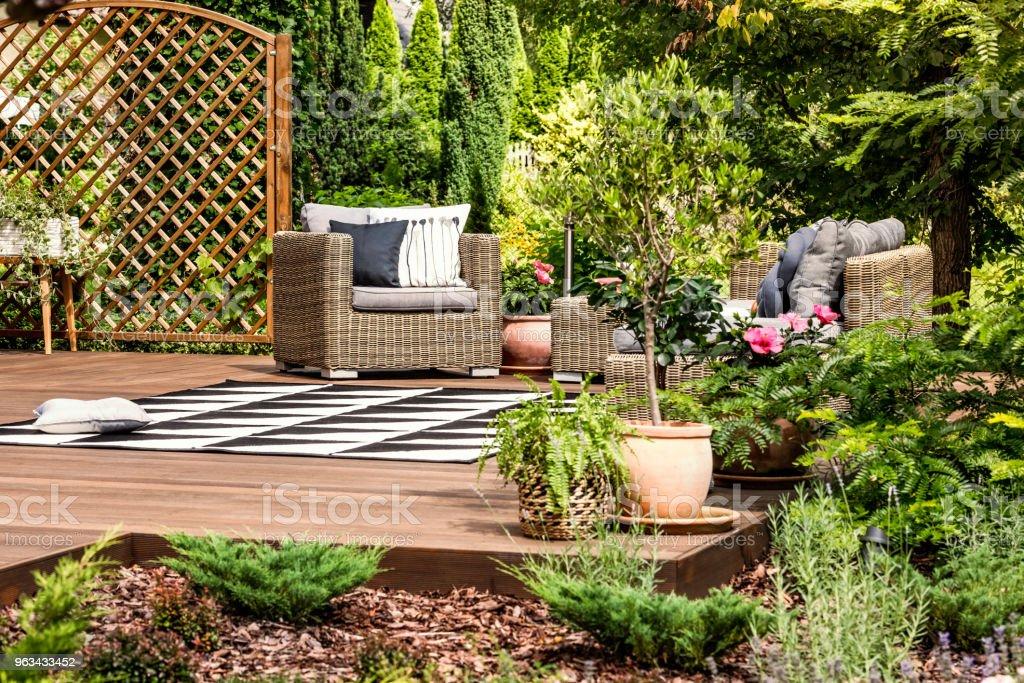 Meubles de jardin sur terrasse - Photo de Activités de week-end libre de droits