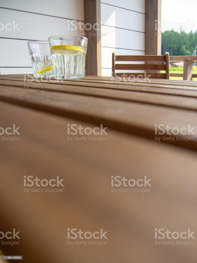 Muebles De Jardín Mesa Y Silla En La Terraza De Una Casa De