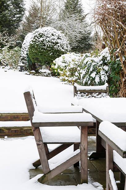 garten möbel unter schnee - rustikaler hinterhof stock-fotos und bilder