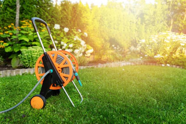 Gartenschlauchtrommel auf grünem Rasen im Hinterhof Kopierplatz – Foto