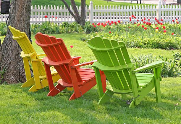 garden lawn stühlen - lattenzaun garten stock-fotos und bilder