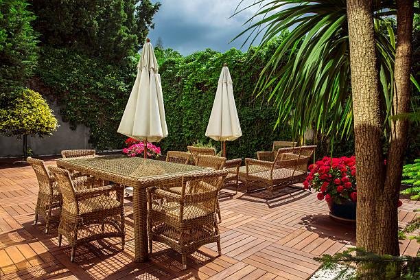 garten-patio - steine für gartenmauer stock-fotos und bilder