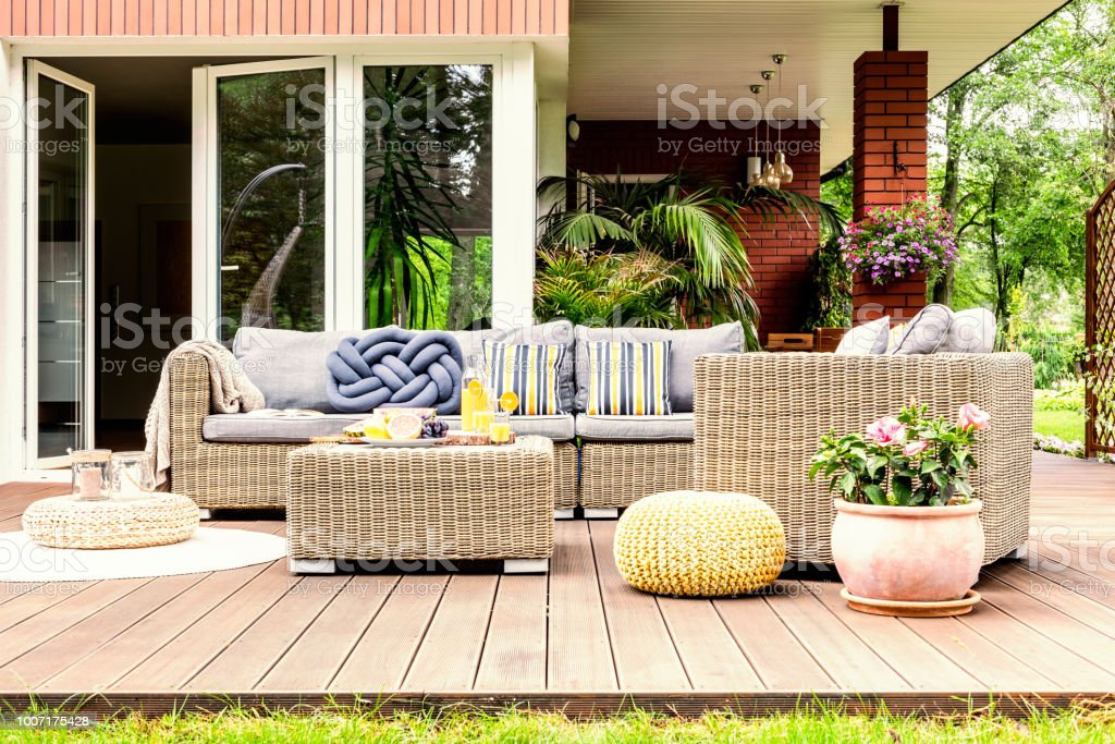 Mesa De Jardín Con Frutas Y Zumo De Naranja Sobre La Terraza