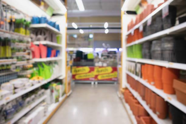 garten-werkzeug-ausstattung im einzelhandel baumarkt - baumarkt stock-fotos und bilder