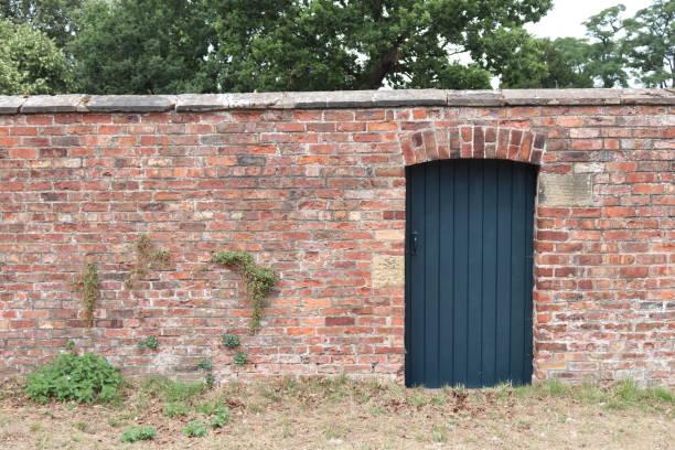 gartenmauer und tor - steine für gartenmauer stock-fotos und bilder