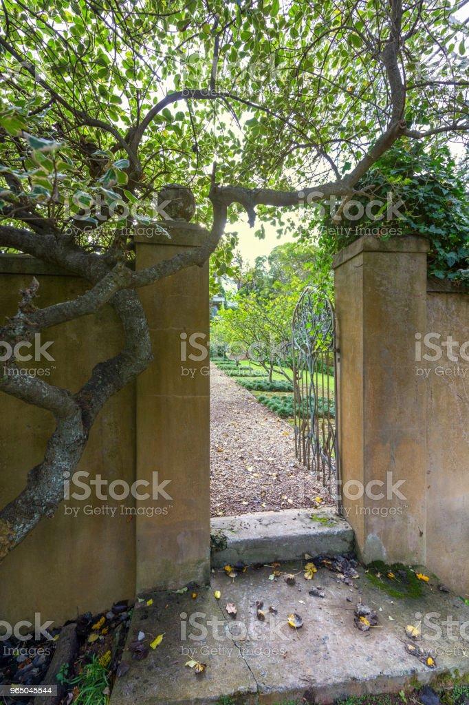 garden wall and gate zbiór zdjęć royalty-free