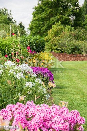 Gepflegte Gartenanlage mit verschiedenen Pflanzen.