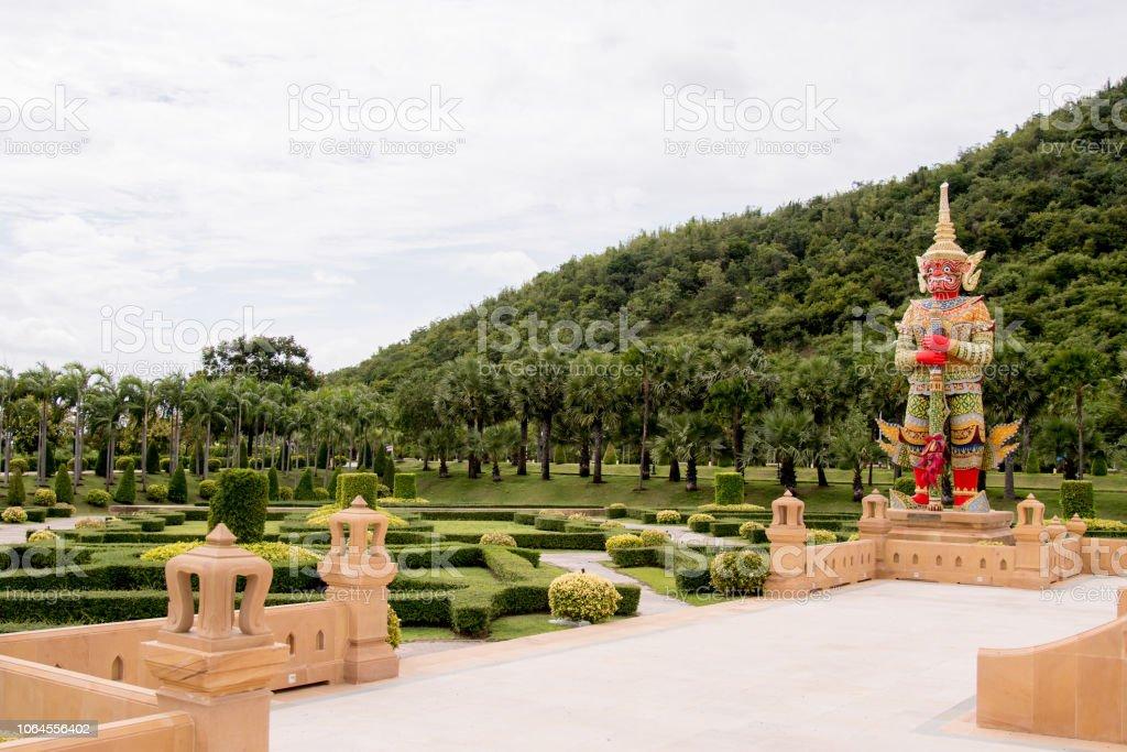 Garten mit historischen Statue, Buddha-Statue in der Nähe – Foto