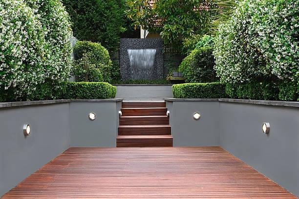 ogród z światła i drewniane schody w sydney - staw woda stojąca zdjęcia i obrazy z banku zdjęć
