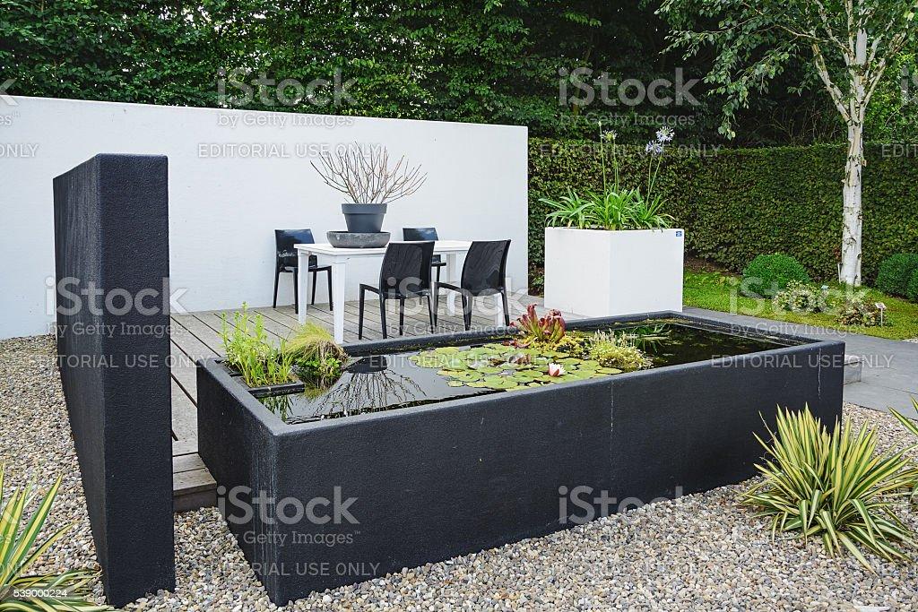 Photo libre de droit de Jardin Moderne Avec Un Mobilier De Jardin Et ...