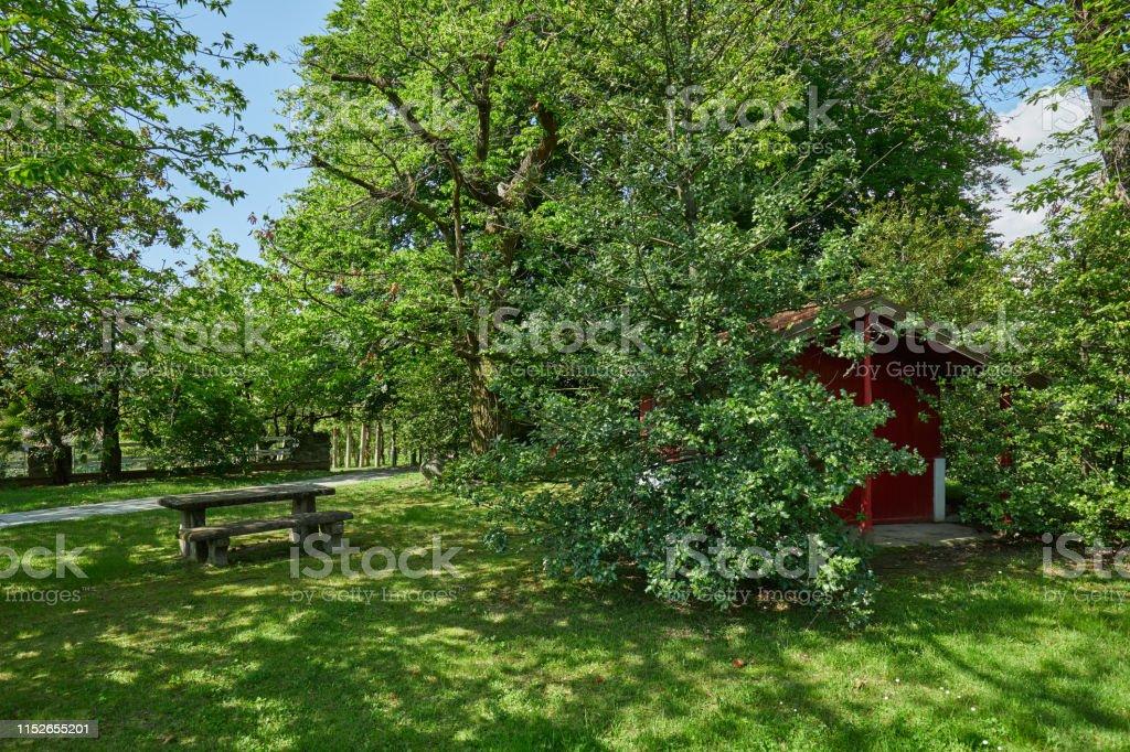 Photo libre de droit de Jardin Avec La Table En Pierre Et La ...