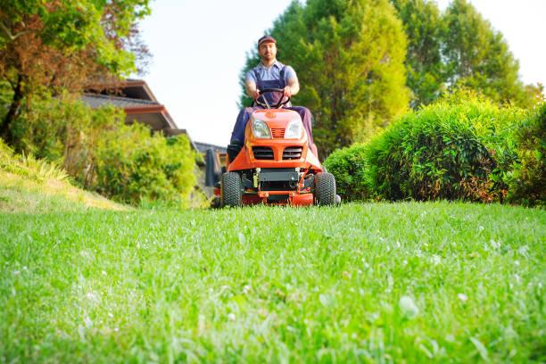 Fahren einen Aufsitzmäher Rasen im Garten Gärtner – Foto